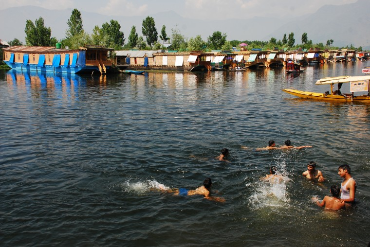 young-men-swimming-at-dal-lake-to-beat-the-heat